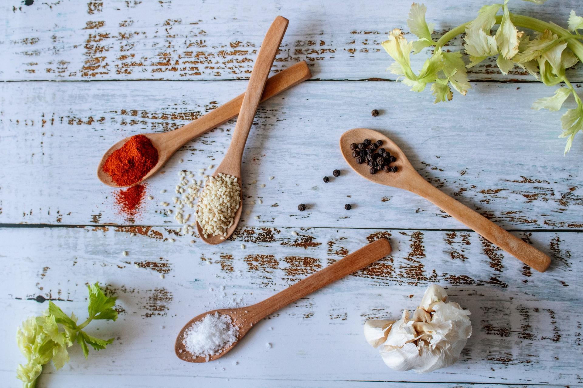 Gezond en lekker eten en drinken met kruiden en specerijen van over de hele wereld